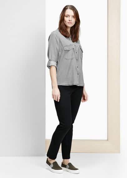 Soft blouse met twee borstzakken met klep knoopsluiting aan de voorkant, lange mouwen, manchetten met knopen en lusjes om ze op te stropen | MANGO