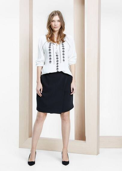 Bluse mit dekorativer stickerei | VIOLETA BY MANGO