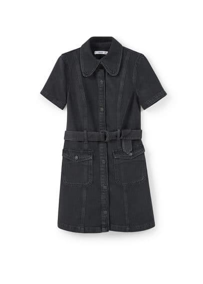 Robe Chemisier Denim - Tissu en coton style denim, couleur noire effet usé, col chemise, manches courtes, passants pour la ceinture, ceinture amovible à la taille, poches à rabat boutonnées, fermeture boutonnée sur le devant.
