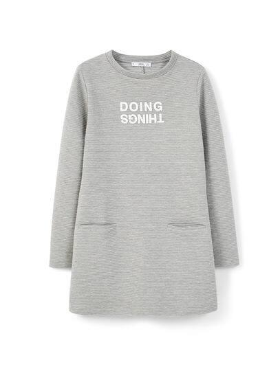 Robe Message Texturé - Tissu texturé à rayures, col rond, manches longues, message imprimé, deux poches passepoilées sur les côtés.