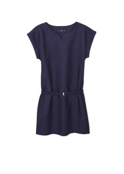 Robe Coton Ceinture - Tissu en coton, col rond fendu, manches courtes retournées, ceinture amovible à la taille, bas fendu sur les côtés.