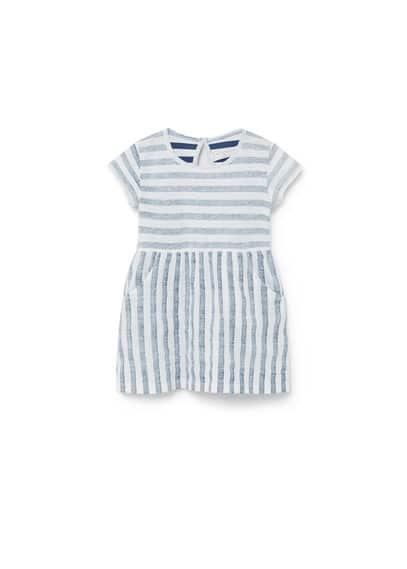 Robe Coton À Rayures - Tissu en coton, imprimé rayures, col rond, manches courtes, deux poches latérales, fermeture en goutte à l'arrière.