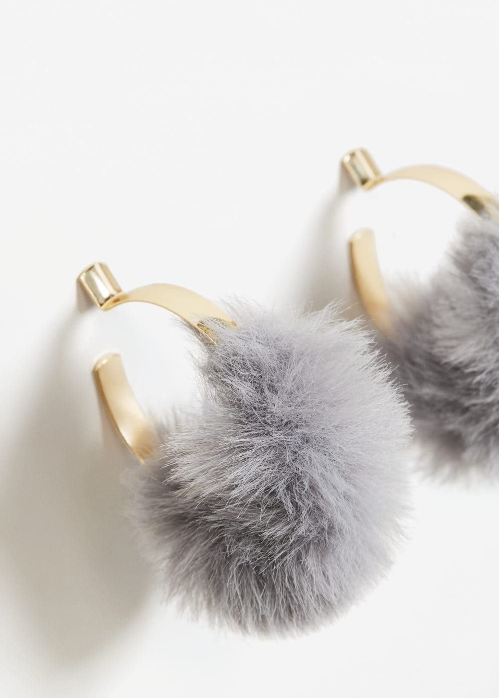 Fur hoop earrings | MANGO
