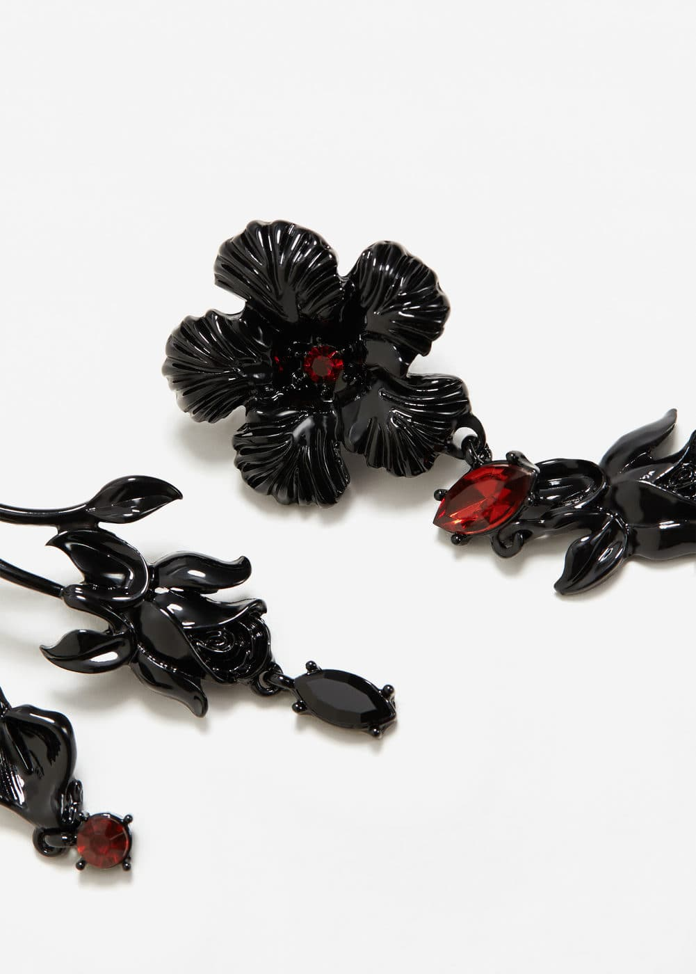 Asymmetric flower earrings | MANGO