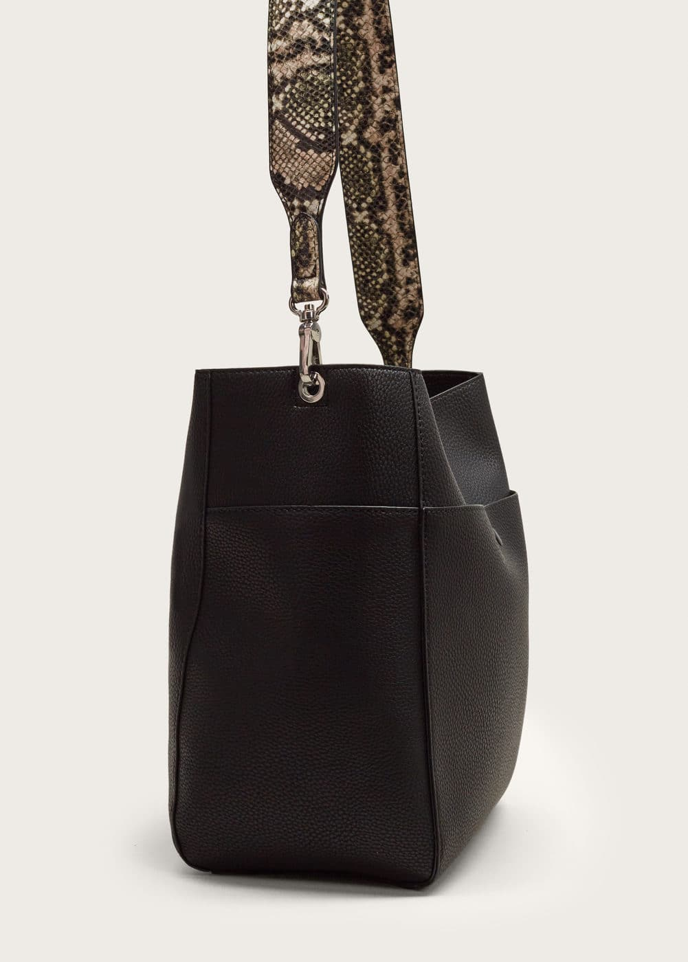 Monochrome snake-effect bag | MANGO