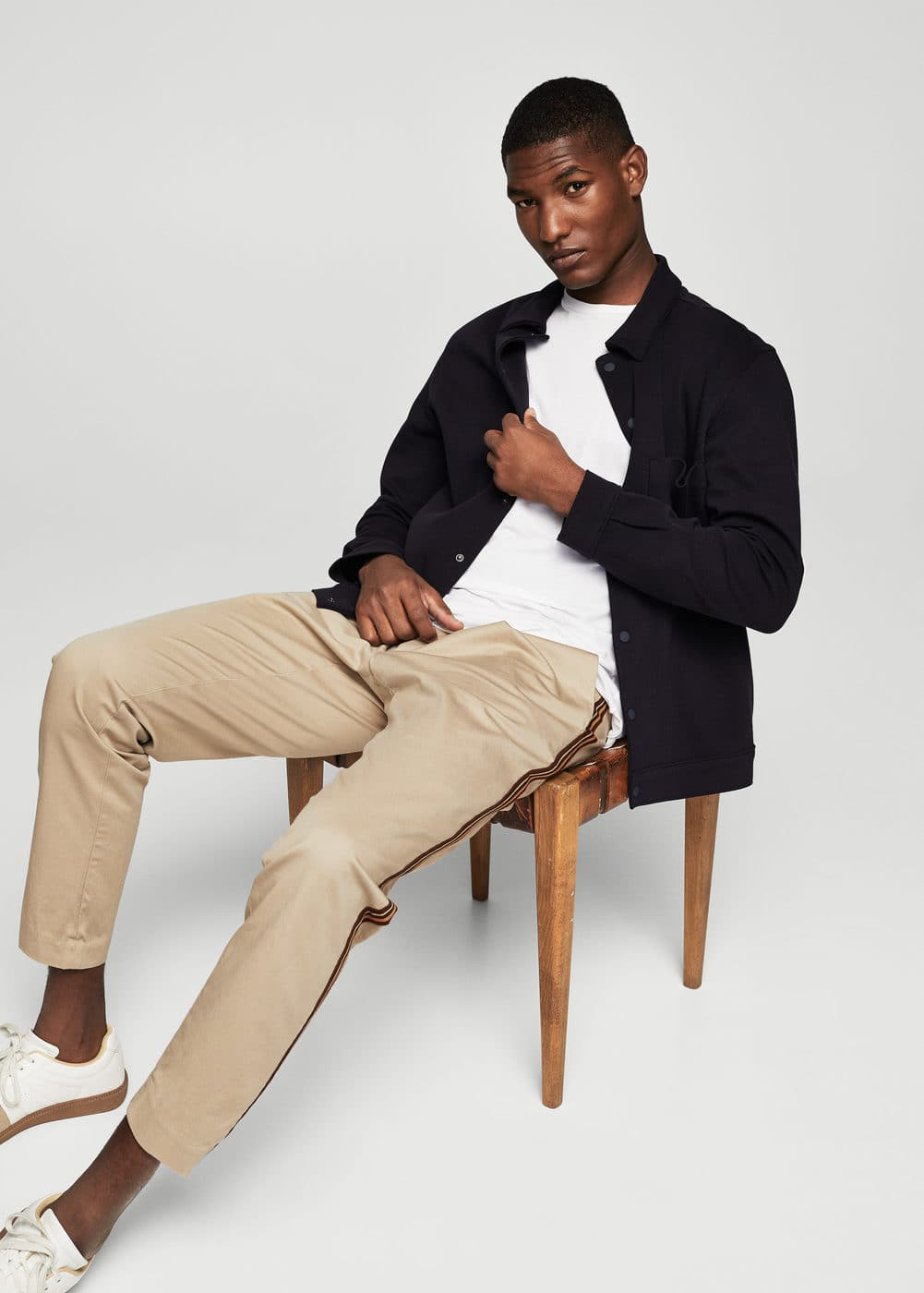 Contrasting trims cotton chinos | MANGO MAN