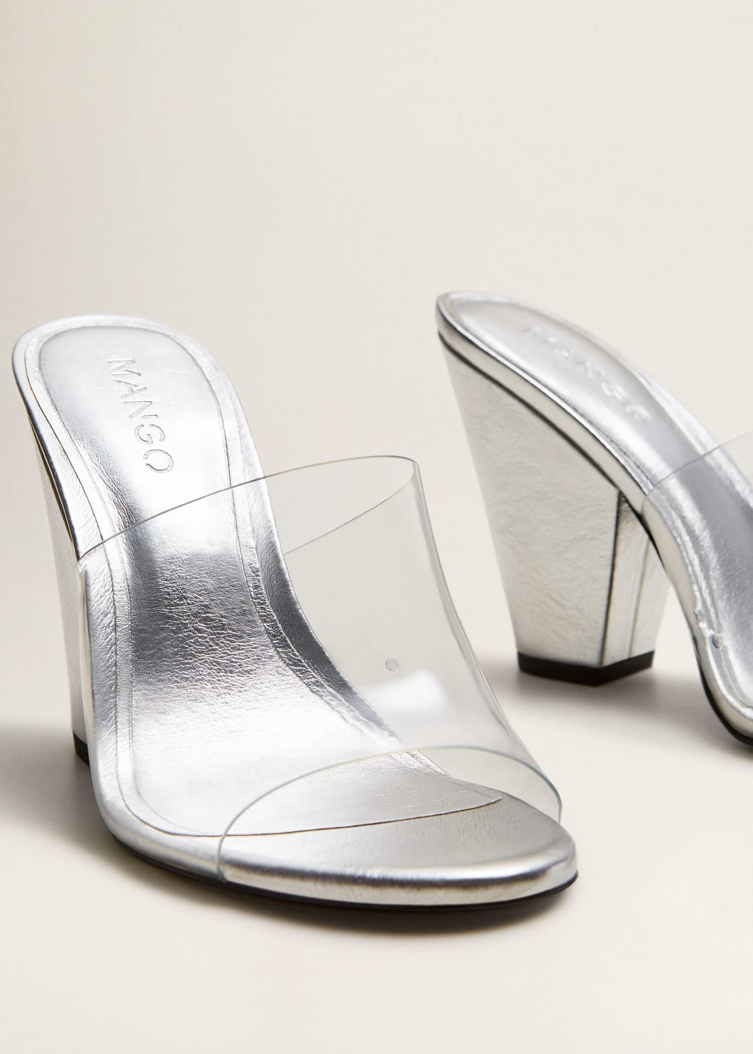 Buty typu mule z winylowymi paskami