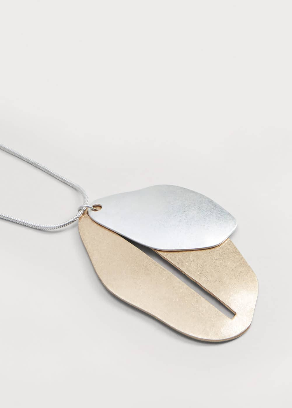 Metallic leaf necklace | MANGO