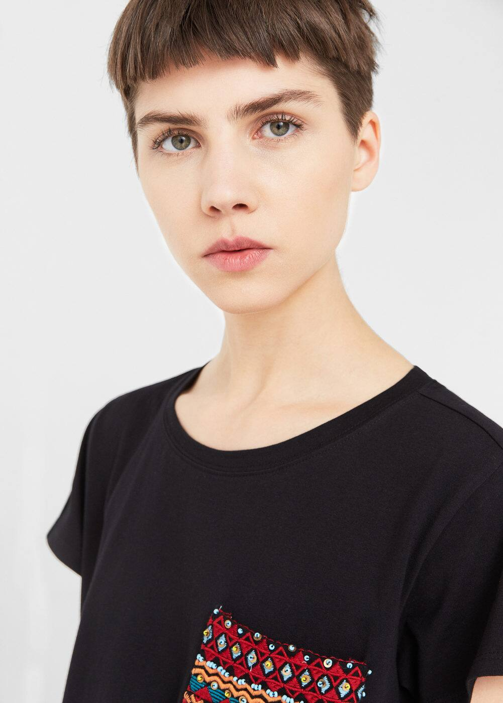 Embroidered chest-pocket t-shirt | MANGO